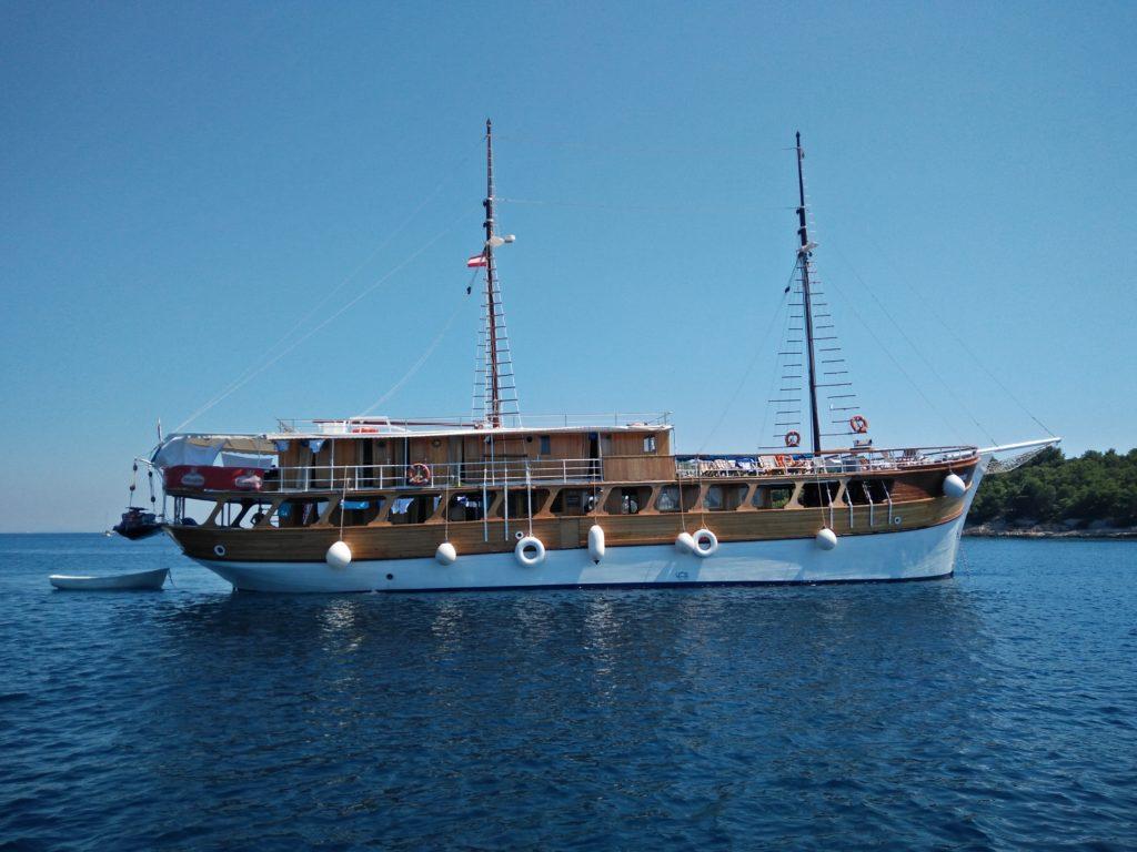 Konobe in der Bucht vom Fischer Tome auf der Insel Zirje